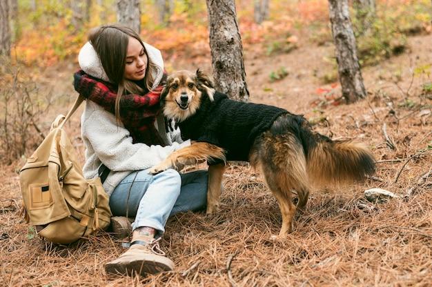 Junge frau, die zeit zusammen mit ihrem hund verbringt