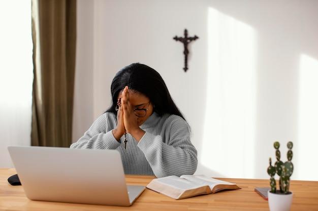 Junge frau, die zu hause spirituell ist