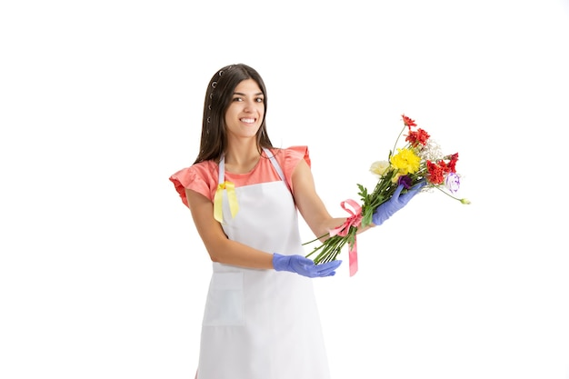 Junge frau, floristin mit blumenstrauß isoliert auf weiß