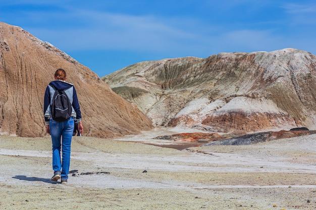 Junge frau geht zu den feuerfesten lehmsteinbrüchen des urals. natur des uralgebirges