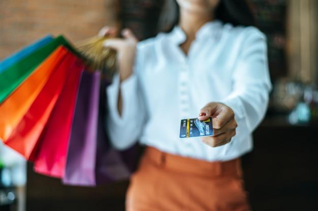 Junge frau genießen, mit kreditkarten zu kaufen.