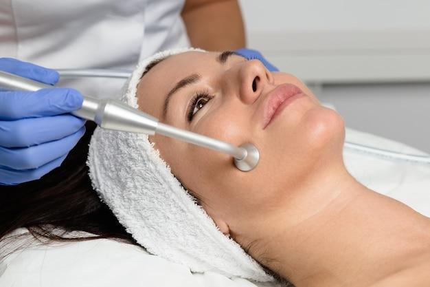 Junge frau genießt hautverjüngungstherapie im kosmetikzentrum.