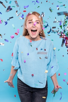 Junge frau glücklich zur konfettizeit