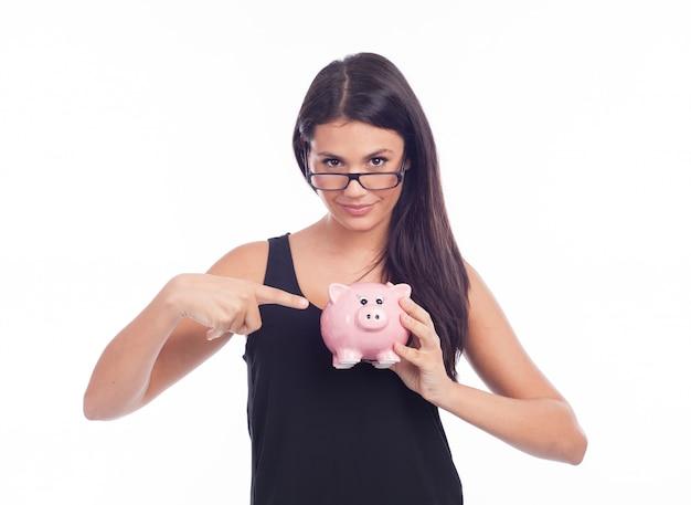 Junge frau halten ein sparschwein