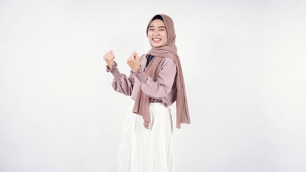 Junge frau hijab leidenschaftlich isoliert auf weißem hintergrund
