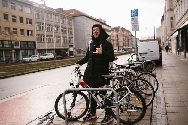 Junge frau holt ihr fahrrad vom parkplatz ab