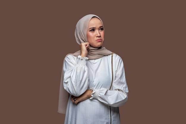 Junge frau im hijab mit traurigem, besorgtem und enttäuschtem ausdruck