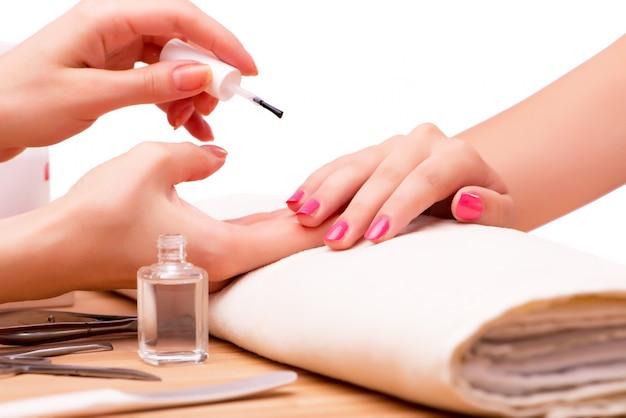 Junge frau im medizinischen konzept der nagelbehandlung
