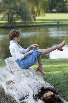 Junge frau im park. nettes mädchenporträt im französischen stil.