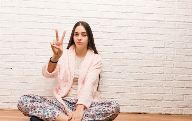 Junge frau im pyjama mit der nummer zwei