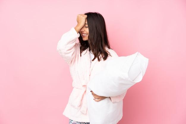 Junge frau im schlafanzug