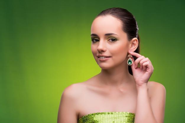 Junge frau im schönheitskonzept auf grün