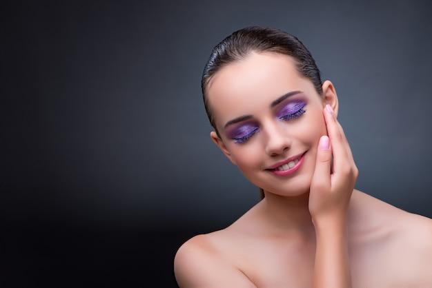 Junge frau im schönheitskonzept mit nettem make-up