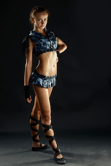 Junge frau im sexy militärkostüm mit minirock