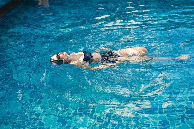 Junge frau im swimmingpool