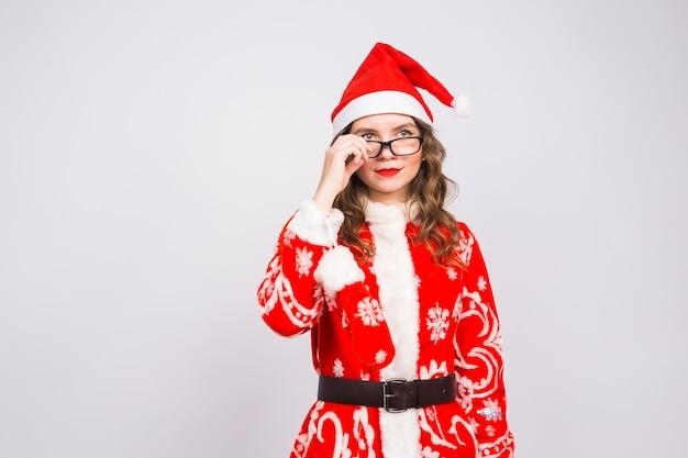 Junge frau im weihnachtsmannanzug nahm brille auf weiß ab
