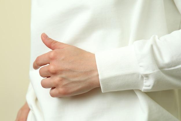 Junge frau im weißen sweatshirt