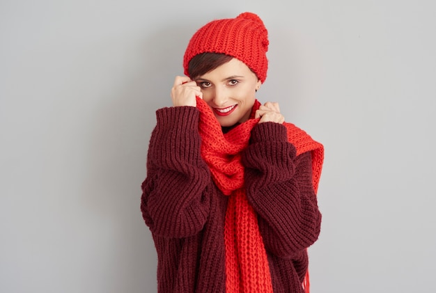Junge frau in bequemer winterkleidung