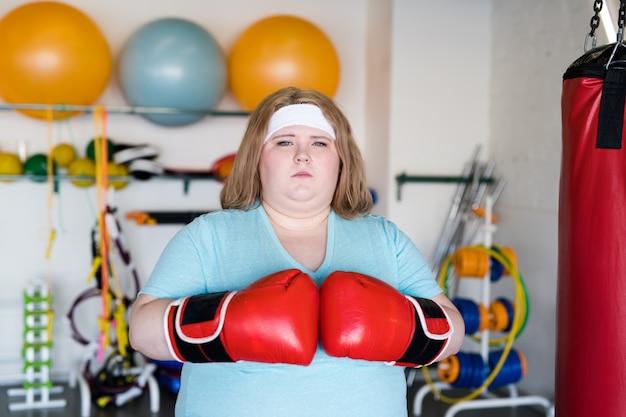 Junge frau in boxhandschuhen