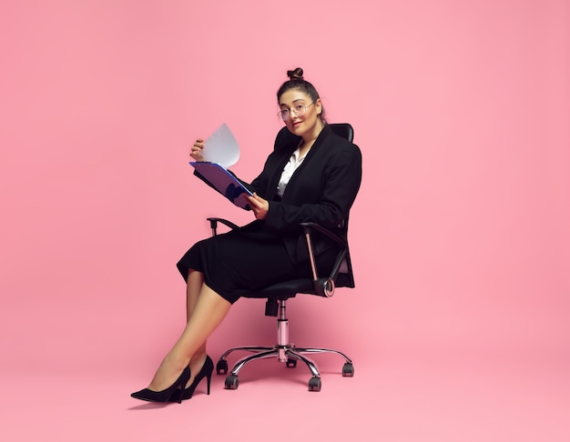 Junge frau in bürokleidung. geschäftsfrau in übergröße