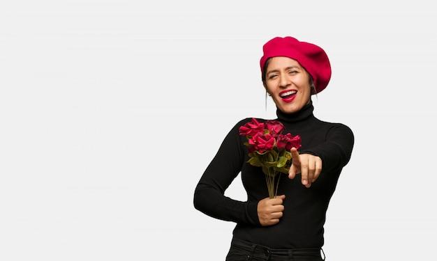 Junge frau in den valentinsgrußtagsträumen des erreichens von zielen und von zwecken