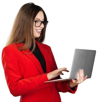 Junge frau in der formalen ausstattung unter verwendung ihres laptops lokalisiert auf weiß