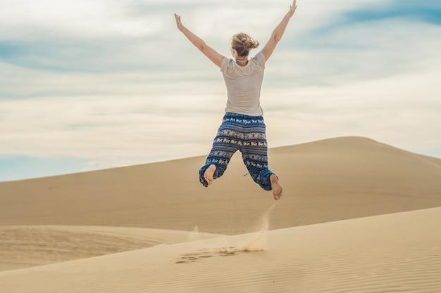 Junge frau in der wüste, mui ne, vietnam