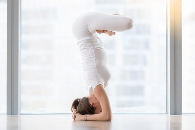 Junge frau in der yogahaltung