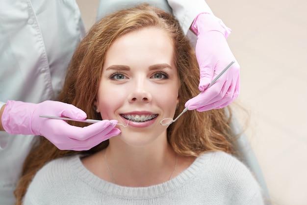 Junge frau in der zahnarztpraxis