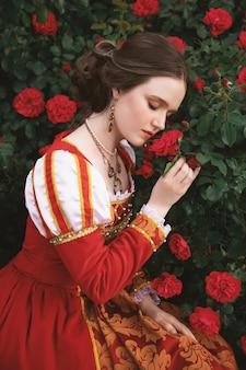 Junge frau in einem roten mittelalterlichen artkleid