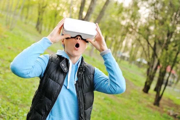 Junge frau in einem sturzhelm der virtuellen realität