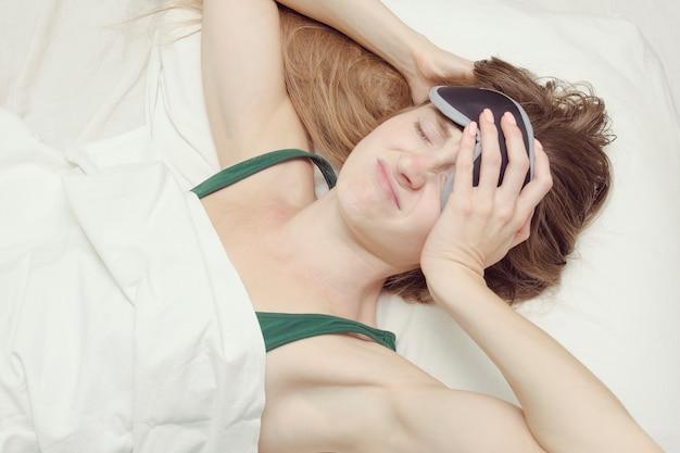 Junge frau in einer maske zum schlafen will nicht aufwachen