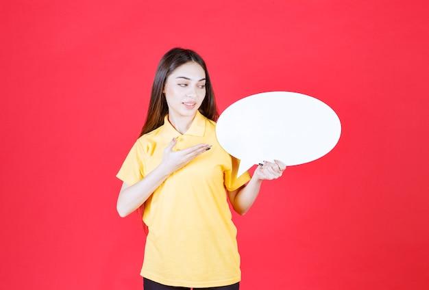 Junge frau in gelbem hemd mit ovaler infotafel