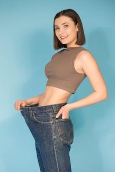 Junge frau in großen jeans