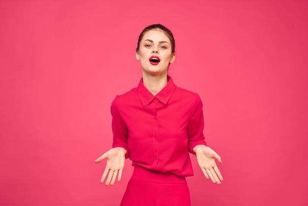 Junge frau in hellen kleidern auf einem rosa hintergrund