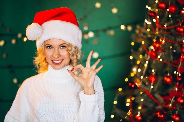 Junge frau in sankt-hut auf weihnachten