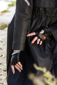 Junge frau in schönen weiblichen schwarzen handschuhen