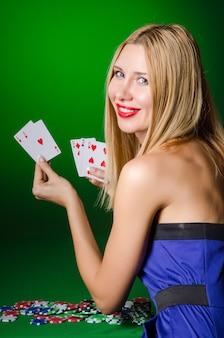 Junge frau in spielendem konzept des kasinos