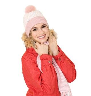 Junge frau in warmer kleidung auf weißem hintergrund. bereit für den winterurlaub