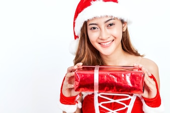 Junge Frau in Weihnachtsmann-Hut, der Geschenkbox auf weißem Hintergrund hält Weihnachtsfrau