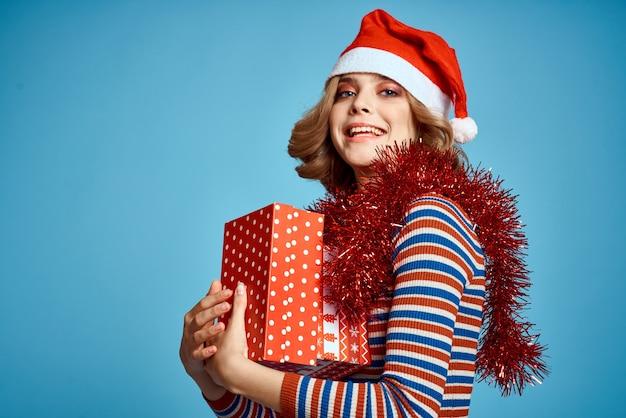 Junge frau in weihnachtsmütze