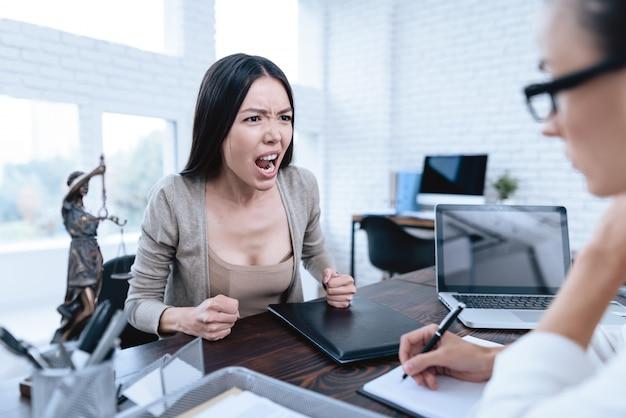 Junge frau kam zum rechtsanwalt divorce concept
