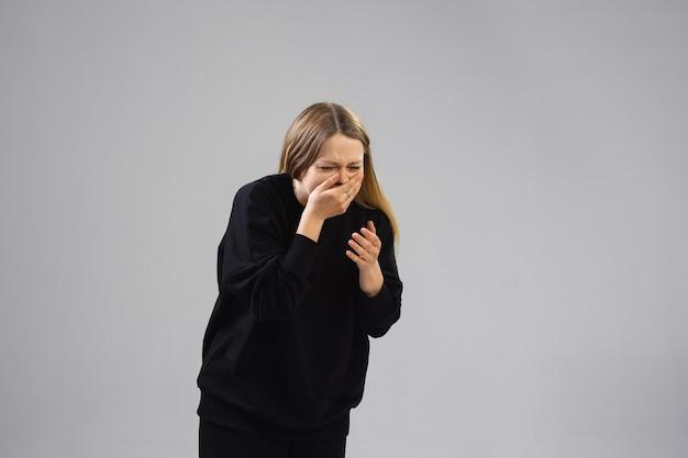 Junge frau leidet unter schmerzen fühlt sich krank und schwach
