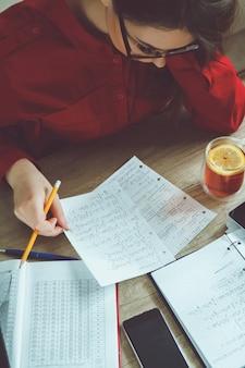 Junge frau löst mathematische formeln