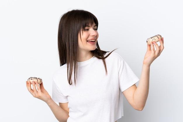 Junge frau lokalisiert auf weißen haltekrapfen mit glücklichem ausdruck