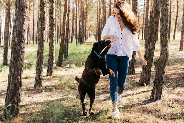 Junge frau macht ein picknick mit ihrem hund