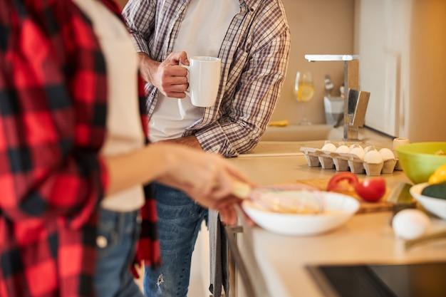Junge frau macht frühstück für ihren mann