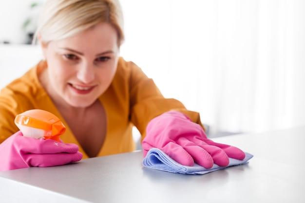 Junge frau macht hausarbeit, reinigung