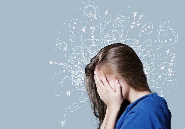Junge frau mit besorgtem gestresstem gesichtsausdruck mit illustration