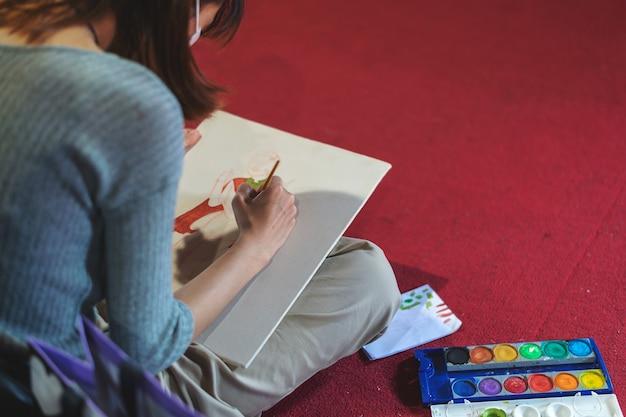 Junge frau mit dem bleistift, der im studio von künsten skizziert